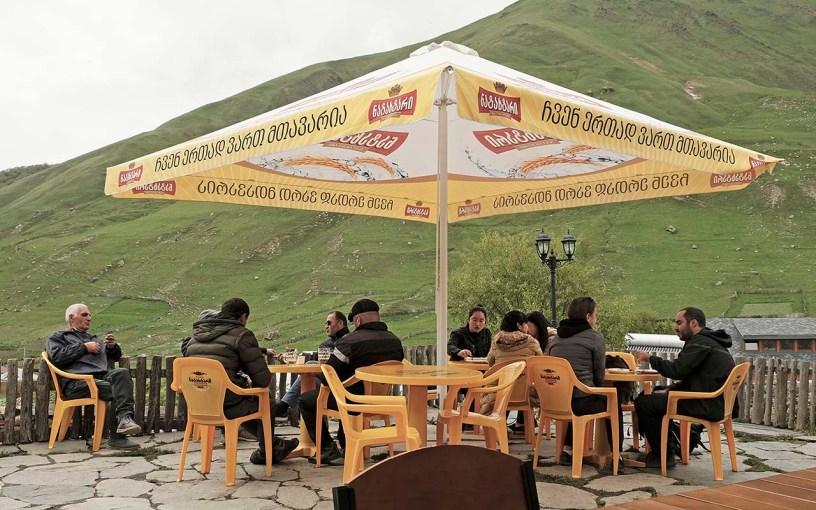 Café in Ushguli mit Ausblick auf Südhänge, die frühere Felderflächen zeigen | Svaneti | Bergdrf Ushguli