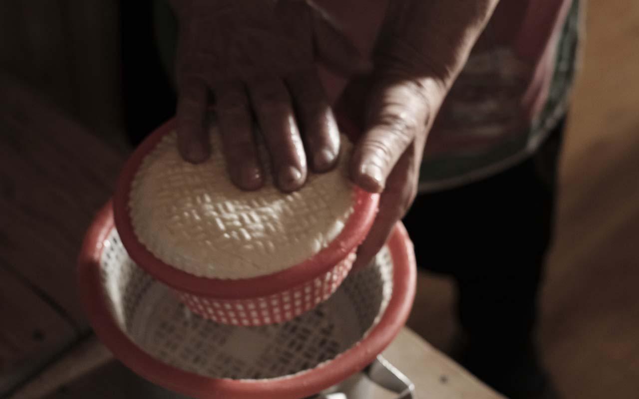 Käseherstellung in Ushguli | Georgien | typische Tätigkeit in den Bergdörfern vonSwanetien