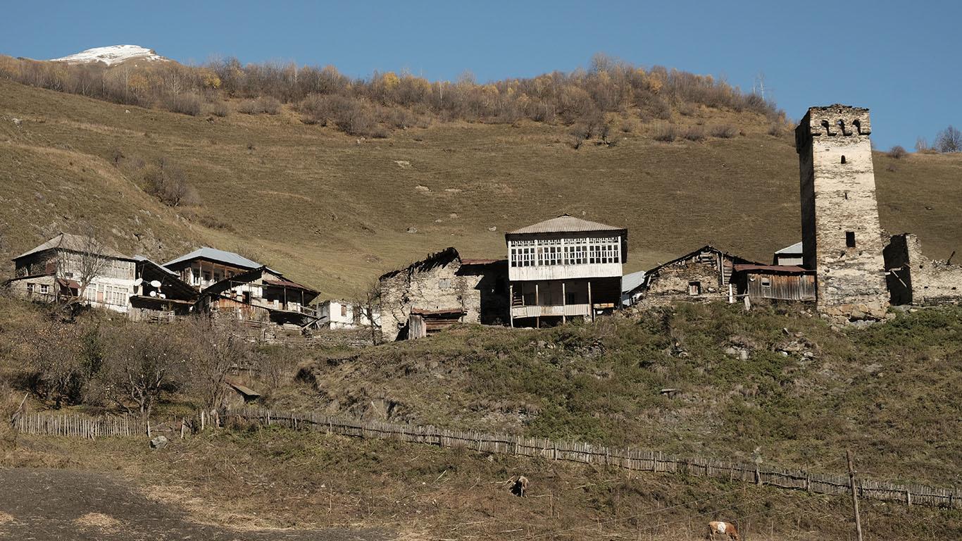 Der Blick auf ein Bergdorf in Oberswanetien zeigt die für diese Siedlungen typische Struktur: einen Wehrturm und einzelne Machubis als Beispiele mittelalterlicher Architektur, und die Erweiterungen alter Gebäude durch Balkonvorbauten aus der Sowjetzeit.